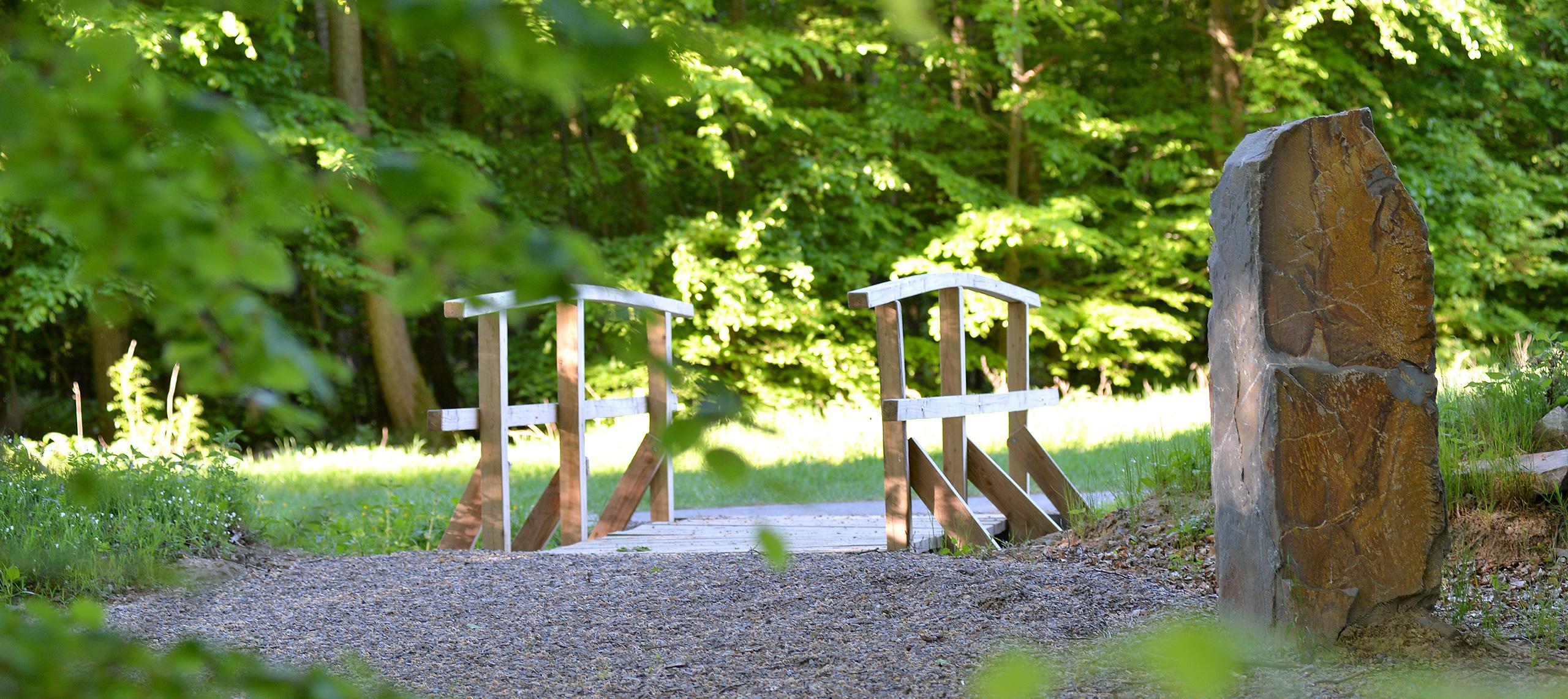 Brücke Naturbegräbnisstätte Vallis Rosarum